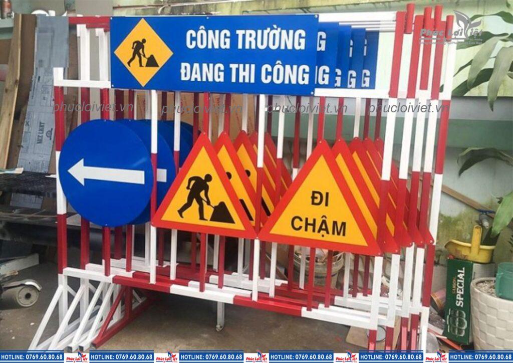 Thi công biển báo giao thông.